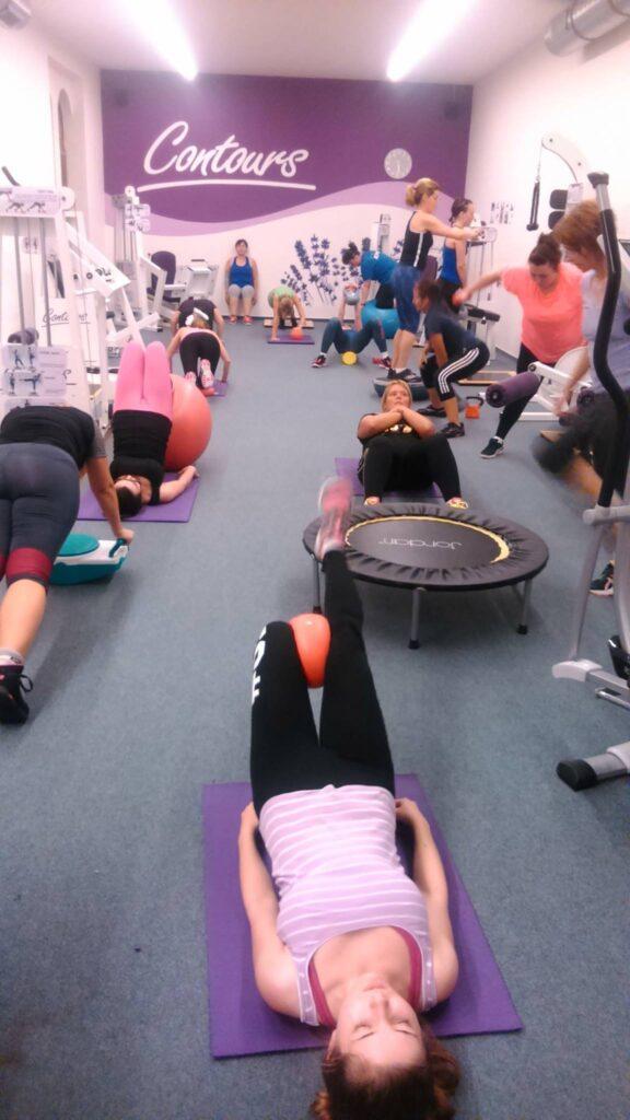 posilování, svaly, nabírání svalů, rýsování, hubnutí, redukce hmotnosti, posilovací stroje, silový trénink, ženy, fitness (5)